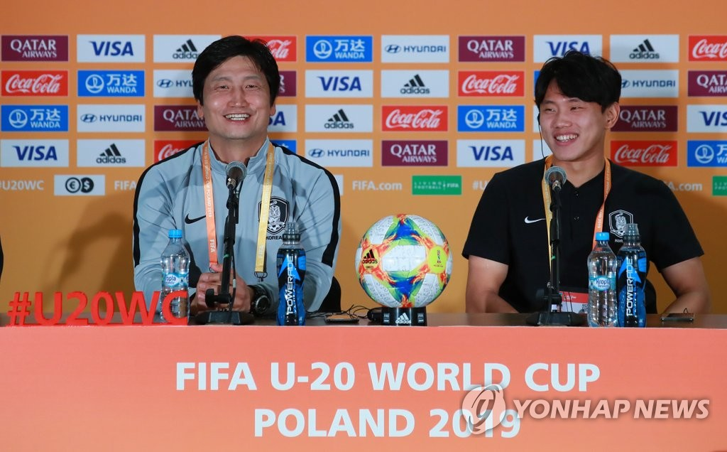 South Korea head coach Chung Jung-yong (L) and forward Cho Young-wook smile during their press conference at Lublin Stadium in Lublin, Poland, on June 2, 2019, ahead of their round of 16 match against Japan at the FIFA U-20 World Cup. (Yonhap)