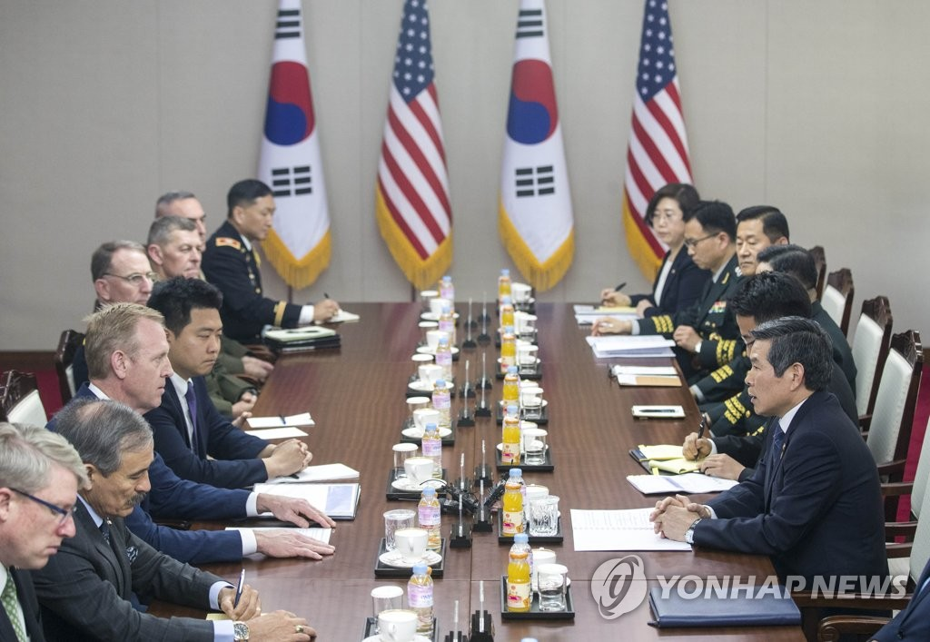 South Korean Defense Minister Jeong Kyeong-doo (R) holds talks with Acting U.S. Defense Secretary Patrick Shanahan at the defense ministry in Seoul on June 3, 2019. (Yonhap)