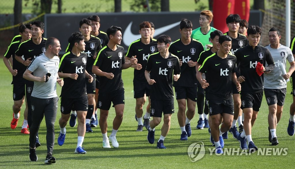 Members of the South Korean men's national football team jog before practice at the National Football Center in Paju, Gyeonggi Province, on June 3, 2019, in preparation for friendly matches against Australia and Iran later in June. (Yonhap)