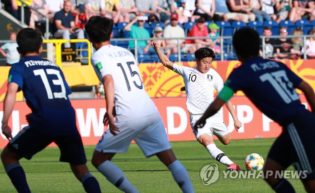 Lee Kang-in of South Korea takes a shot against Japan during their round of 16 match at the FIFA U-20 World Cup at Lublin Stadium in Lublin, Poland, on June 4, 2019. (Yonhap)