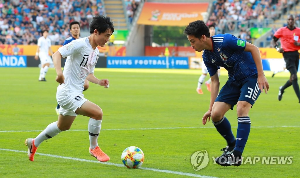 Um Won-sang of South Korea tries to dribble past Yuki Kobayashi of Japan during their round of 16 match at the FIFA U-20 World Cup at Lublin Stadium in Lublin, Poland, on June 4, 2019. (Yonhap)
