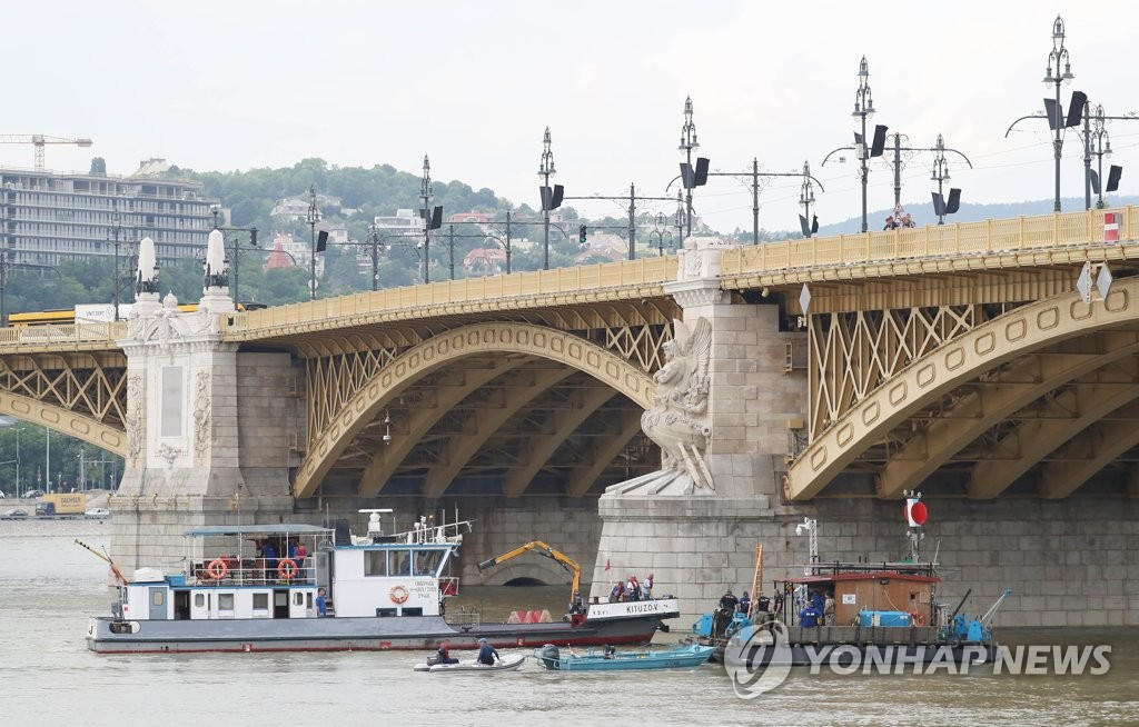 Hungarian officials on a diving platform prepare for search and salvaging operations in the Danube River in central Budapest, Hungary, on June 6, 2019, for the sunken sightseeing boat that led to 18 deaths of South Korean tourists and left eight others missing. (Yonhap)