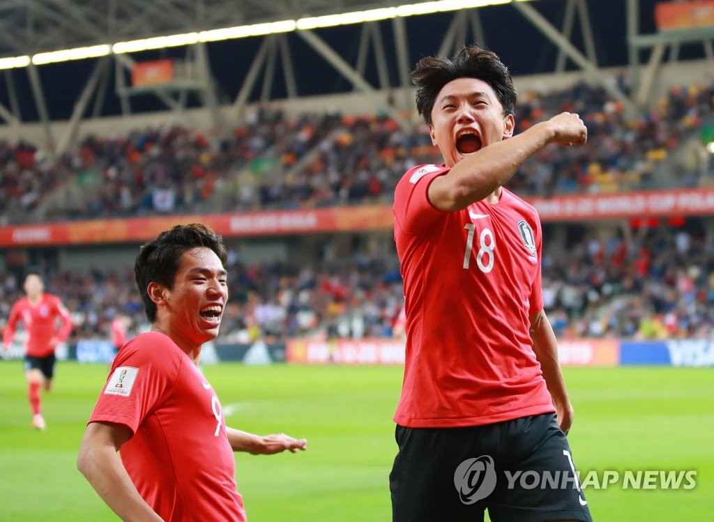 Cho Young-wook of South Korea (R) celebrates his extra-time goal against Senegal in the teams' quarterfinals match at the FIFA U-20 World Cup at Bielsko-Biala Stadium in Bielsko-Biala, Poland, on June 8, 2019. (Yonhap)