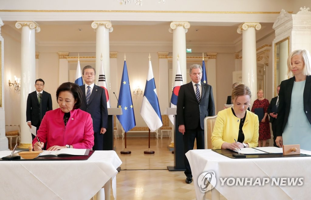 South Korean Minister of Small and Medium Venture Enterprises Park Young-sun (L) and Katri Kulmuni, the Finnish minister of economic affairs and employment, sign an accord on startup-related cooperation at the presidential palace in Helsinki on June 10, 2019. (Yonhap)