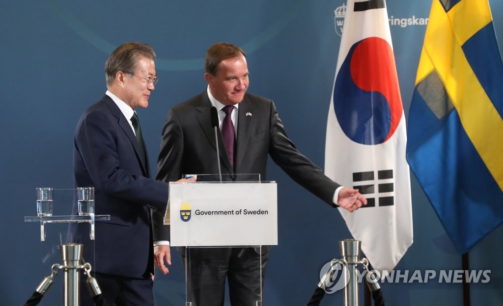 South Korean President Moon Jae--in (L) and Swedish Prime Minister Stefan Lofven finish a joint press conference at the Grand Hotel Saltsjobaden in the town near Stockholm on June 15, 2019. (Yonhap)