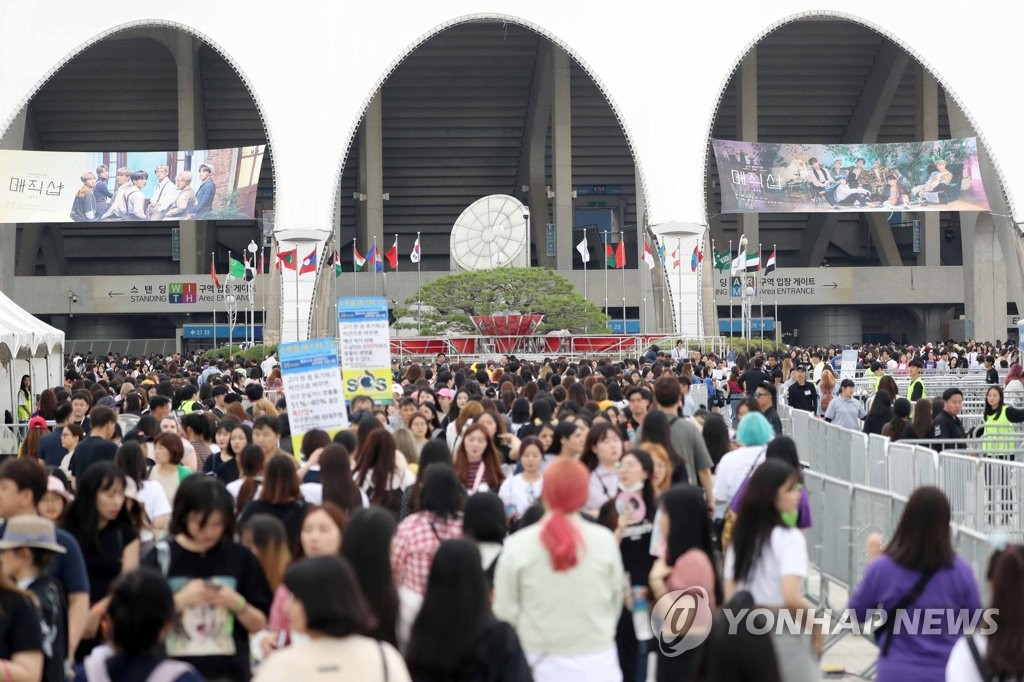 "Busan Asiad Auxiliary Stadium is crowded with fans waiting for the second day of the Busan leg of the ""5th Muster [Magic Shop]"" tour on June 16, 2019. (Yonhap)"