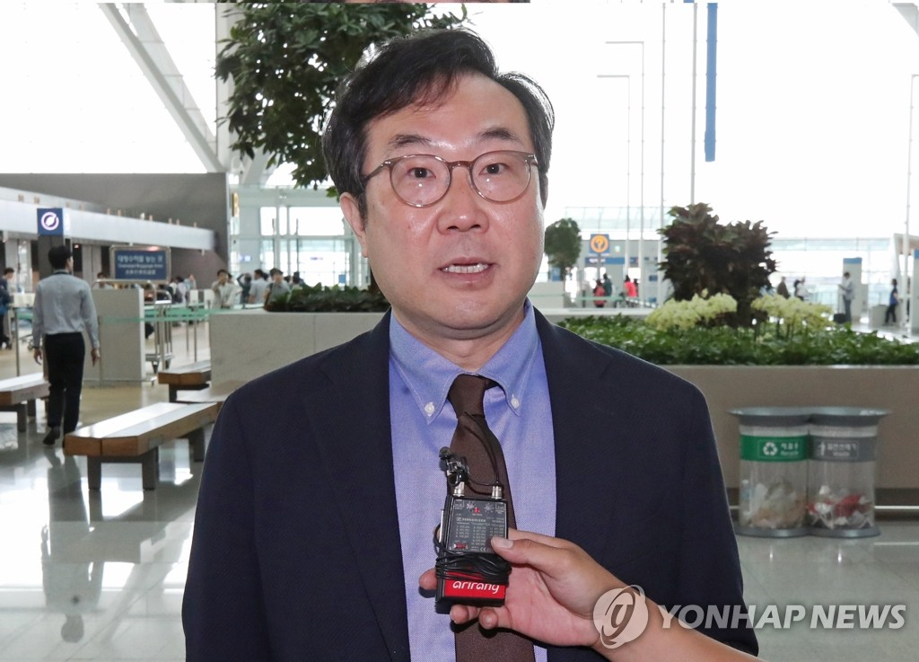 Lee Do-hoon, South Korea's top nuclear envoy, speaks to reporters at Incheon International Airport, west of Seoul, as he was set to leave for the United States on June 18, 2019, to meet his counterpart, U.S. Special Representative for North Korea Stephen Biegun, and other U.S. officials for talks on North Korea's denuclearization. (Yonhap)