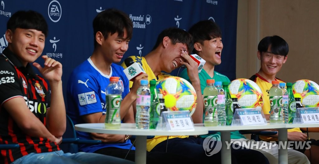 Members of the South Korean national team at the FIFA U-20 World Cup, dressed in their K League club uniforms, share a laugh during a press conference at the Korea Football Association House in Seoul on June 20, 2019. From left are Cho Young-wook of FC Seoul, Jeon Se-jin of Suwon Samsung Bluewings, Oh Se-hun of Asan Mugunghwa, Hwang Tae-hyeon of Ansan Greeners and Um Won-sang of Gwangju FC. (Yonhap)