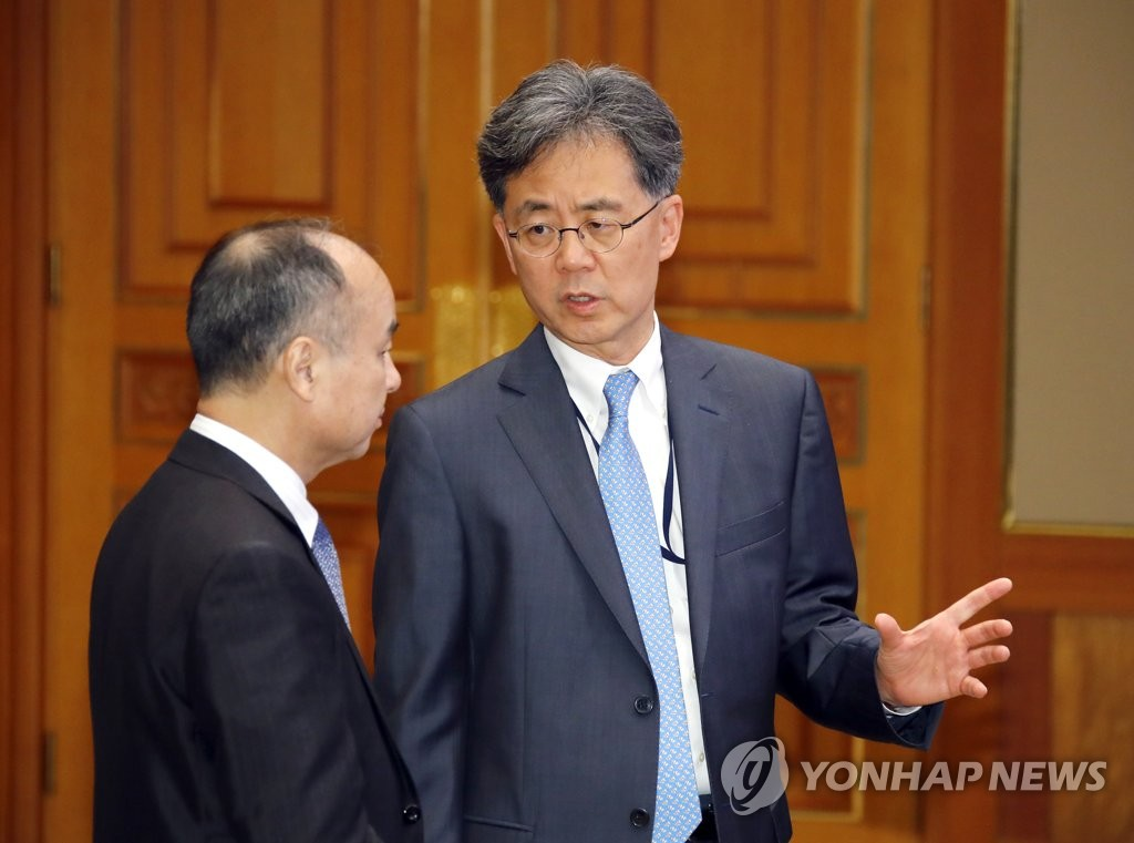 This file photo shows Kim Hyun-chong (R), deputy chief of the presidential National Security Office. (Yonhap)