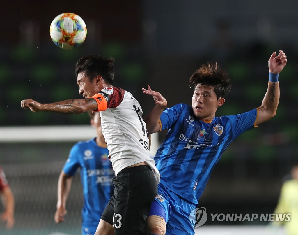 In this file photo from July 30, 2019, Lee Dong-gyeong of Ulsan Hyundai (R) battles Go Yo-han of FC Seoul for the ball during their K League 1 match at Ulsan Stadium in Ulsan, 400 kilometers southeast of Seoul. (Yonhap)
