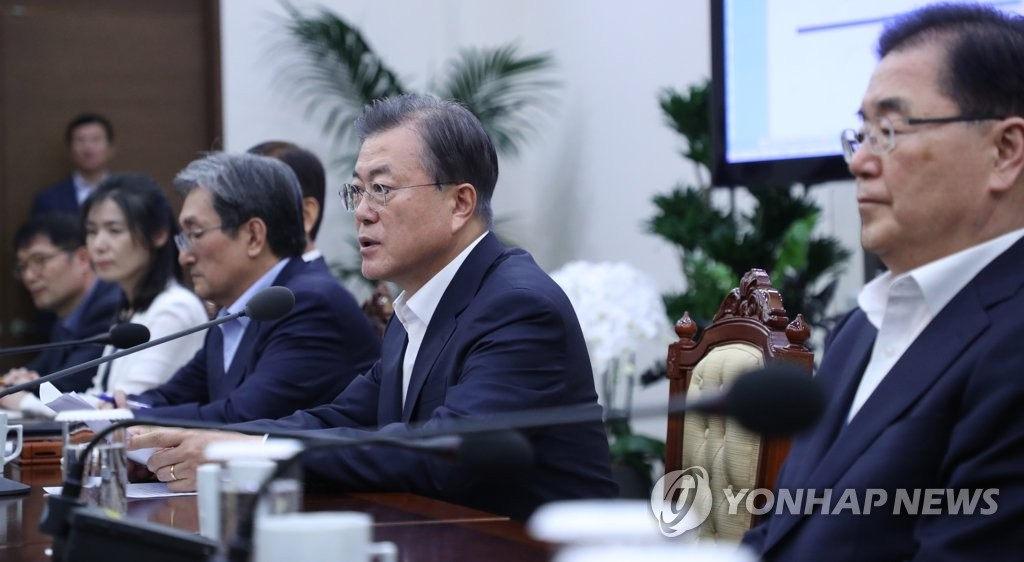 President Moon Jae-in (C) presides over a meeting with senior presidential aides at Cheong Wa Dae in Seoul on Aug. 5, 2019. (Yonhap)