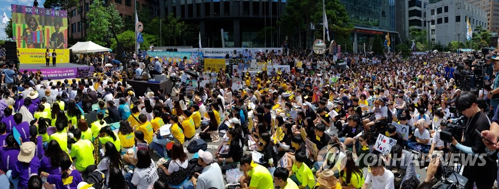 People gather to participate in the weekly protest against Japan's wartime sex slavery in front of the former compound of the Japanese Embassy to Seoul on Aug. 14, 2019. (Yonhap)