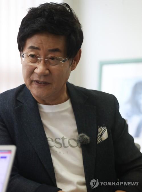 인터뷰하는 가수 윤형주