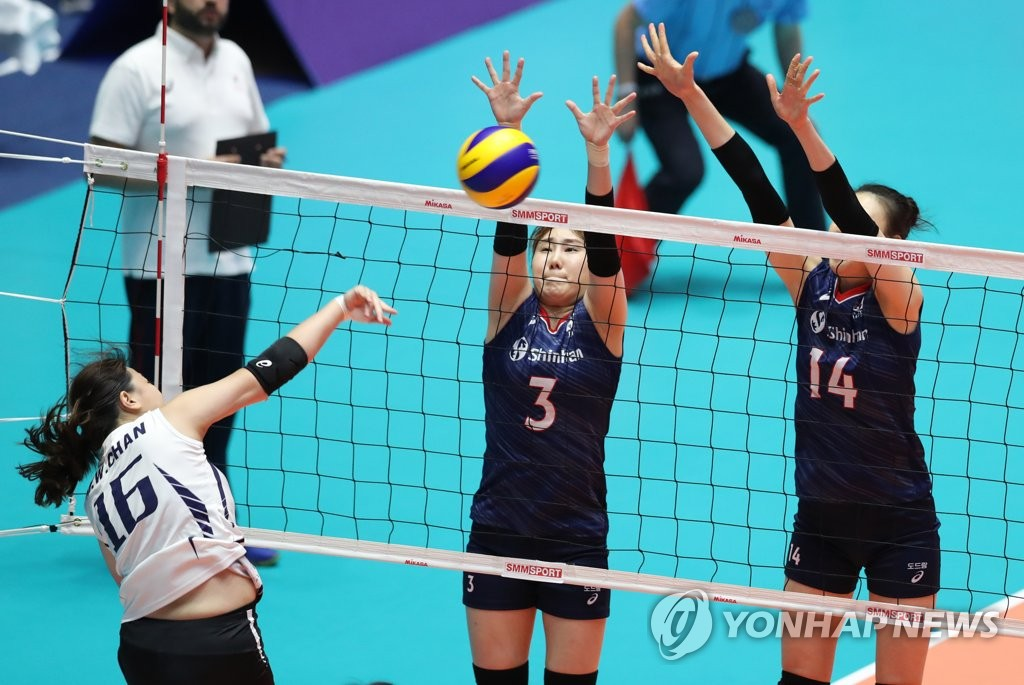 Yeum Hye-seon (C) and Yang Hyo-jin (R) of South Korea try to block a spike by Chan Ming Wai of Hong Kong during the teams' Pool A match at the Asian Women's Volleyball Championship at Jamsil Arena in Seoul on Aug. 19, 2019. (Yonhap)