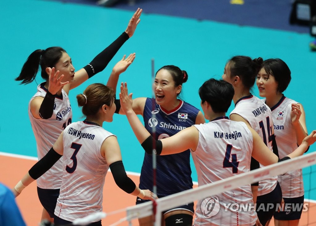 South Korean players celebrate a point against Chinese Taipei in their second-round match at the Asian Women's Volleyball Championship at Jamsil Arena in Seoul on Aug. 22, 2019. (Yonhap)