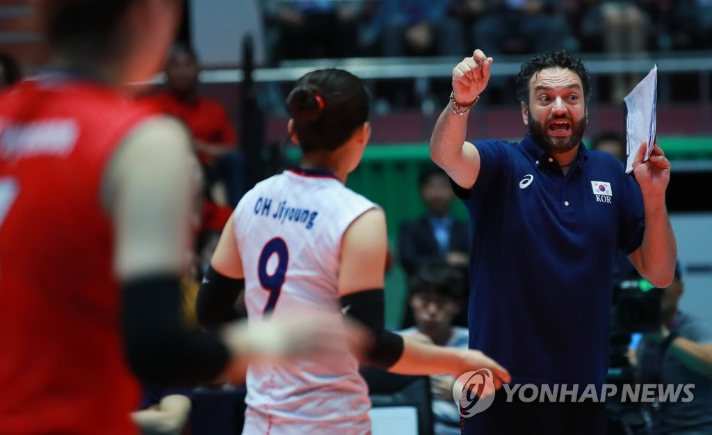 South Korea women's volleyball head coach Stefano Lavarini directs his players against Thailand during the teams' second-round match at the Asian Women's Volleyball Championship at Jamsil Arena in Seoul on Aug. 23, 2019. (Yonhap)