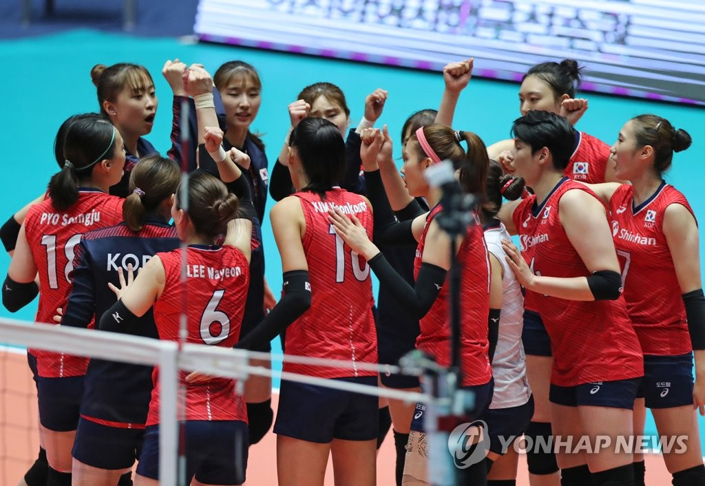 South Korean players celebrate their victory over Thailand in the second round of the Asian Women's Volleyball Championship at Jamsil Arena in Seoul on Aug. 23, 2019. (Yonhap)
