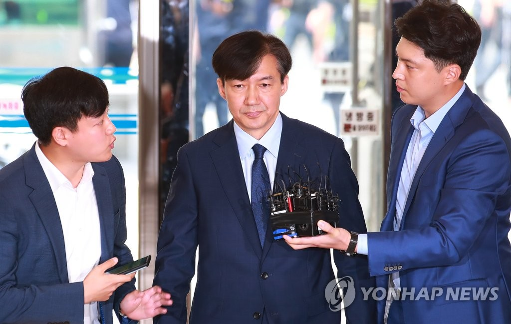 Justice minister nominee Cho Kuk answers questions from reporters on Aug. 26, 2019, over a series of corruption allegations involving his family. (Yonhap)