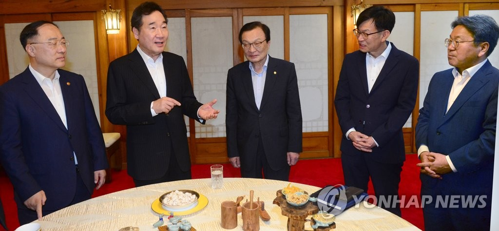Prime Minister Lee Nak-yon (2nd from L) and senior officials from the presidential office Cheong Wa Dae, the government and the ruling Democratic Party, speak at the prime minister's residence in Seoul on Aug. 27, 2019, ahead of the trilateral meeting to discuss next year's budget proposal and other issues. (Yonhap)