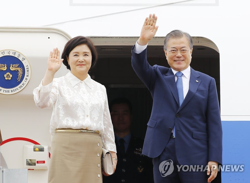 President Moon Jae-in and first lady Kim Jung-sook wave to well wishers as they depart from Seoul Air Base, south of Seoul, on a three-nation trip to Southeast Asia on Sept. 1, 2019. (Yonhap)