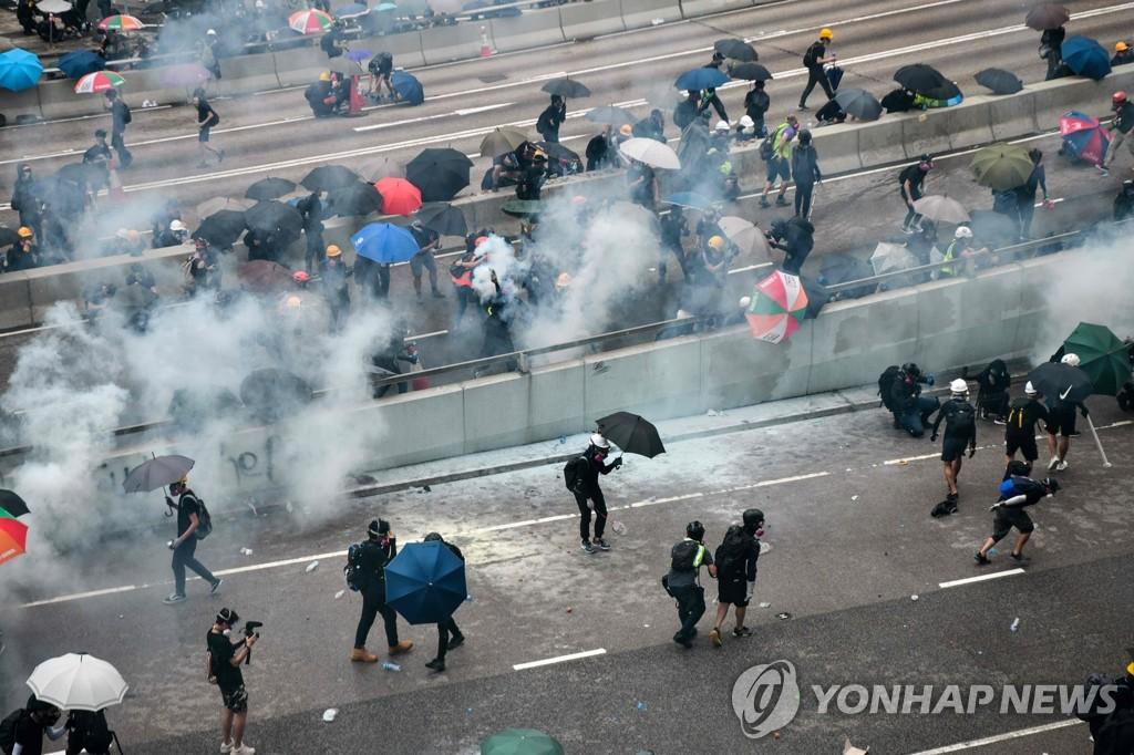 경찰 최루탄에 우산으로 맞선 홍콩 시위대