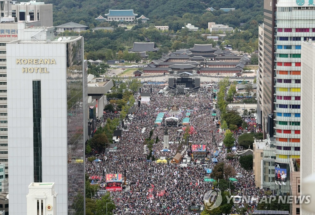 Members of the main opposition Liberty Korea Party and conservatives critical of the liberal government hold a rally at the Gwanghwamun square on Oct. 3, 2019, calling for the removal of Justice Minister Cho Kuk from office. (Yonhap)