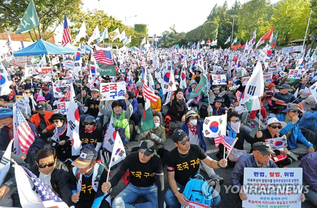 Critics of the Moon Jae-in administration and Justice Minister Cho Kuk stage a rally in southern Seoul on Oct. 12, 2019. (Yonhap)