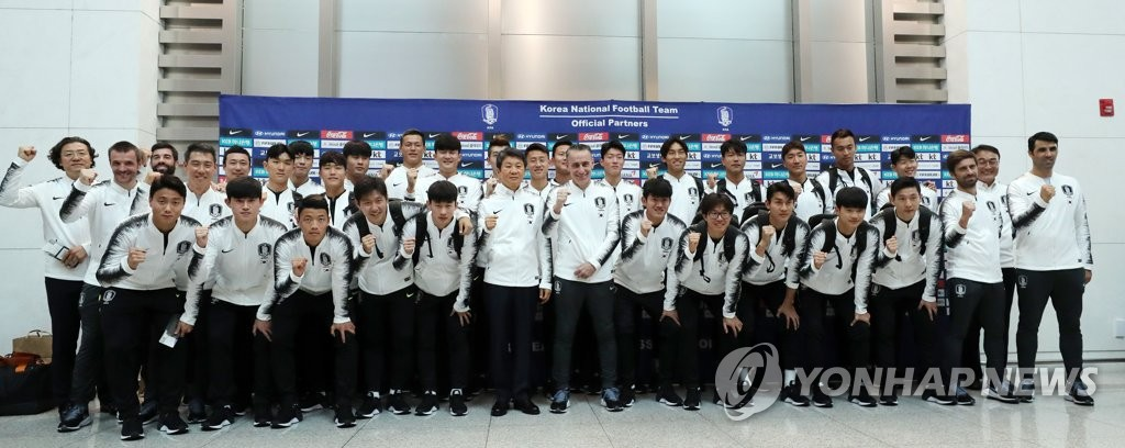 Members of the South Korean men's national football team pose for photos at Incheon International Airport on Oct. 13, 2019, before departing for Pyongyang, via Beijing, for a World Cup qualifying match against North Korea. (Yonhap)