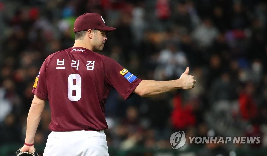 In this file photo from Oct. 14, 2019, Jake Brigham of the Kiwoom Heroes gives his second baseman Kim Hye-seong a thumbs-up after Kim tagged out Choi Hang of the SK Wyverns on a steal attempt at second base in the bottom of the fifth inning of Game 1 of the second-round Korea Baseball Organization playoff series at SK Happy Dream Park in Incheon, 40 kilometers west of Seoul. (Yonhap)