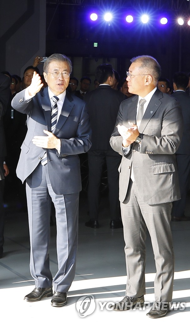 President Moon Jae-in (L) talks with Hyundai Motor Group Executive Vice Chairman Chung Euisun at the conglomerate's Namyang R&D Center in Hwaseong, Gyeonggi Province, on Oct. 15, 2019. (Yonhap)