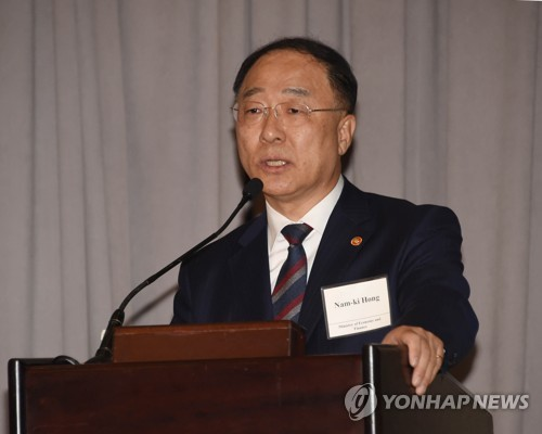 (LEAD) Finance minister says S. Korean economy 'resilient enough' in overseas roadshow