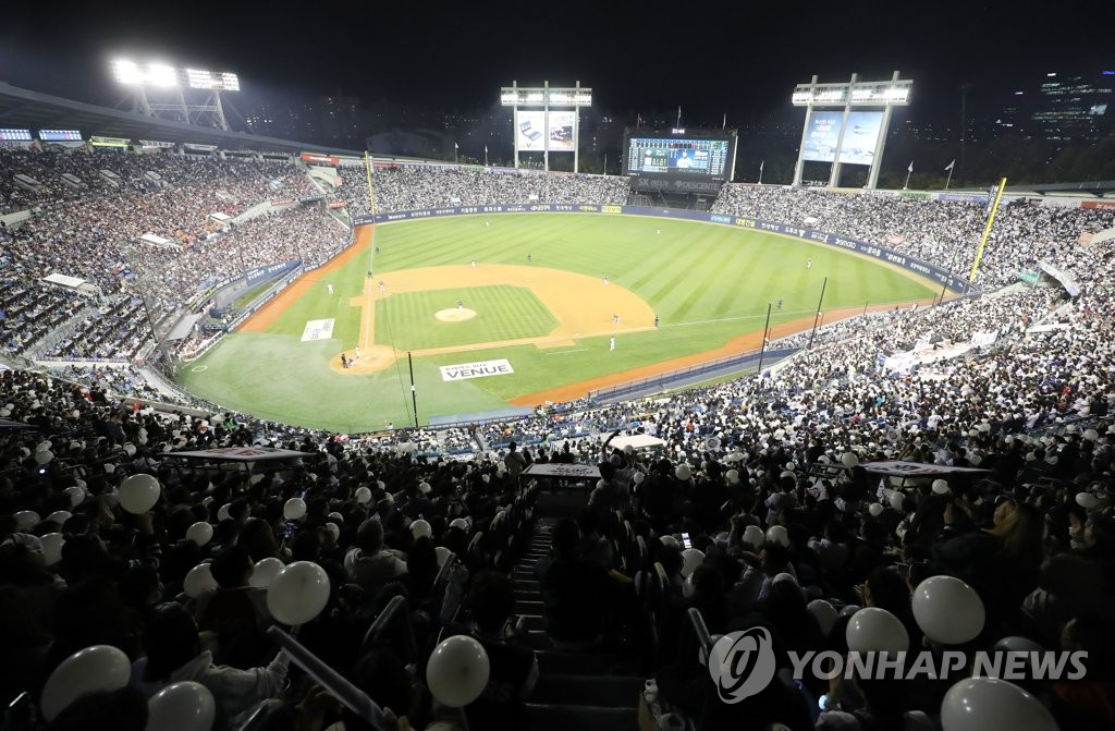 A sellout crowd of 25,000 is watching Game 1 of the Korean Series between the home team Doosan Bears and the Kiwoom Heroes at Jamsil Stadium in Seoul on Oct. 22, 2019. (Yonhap)