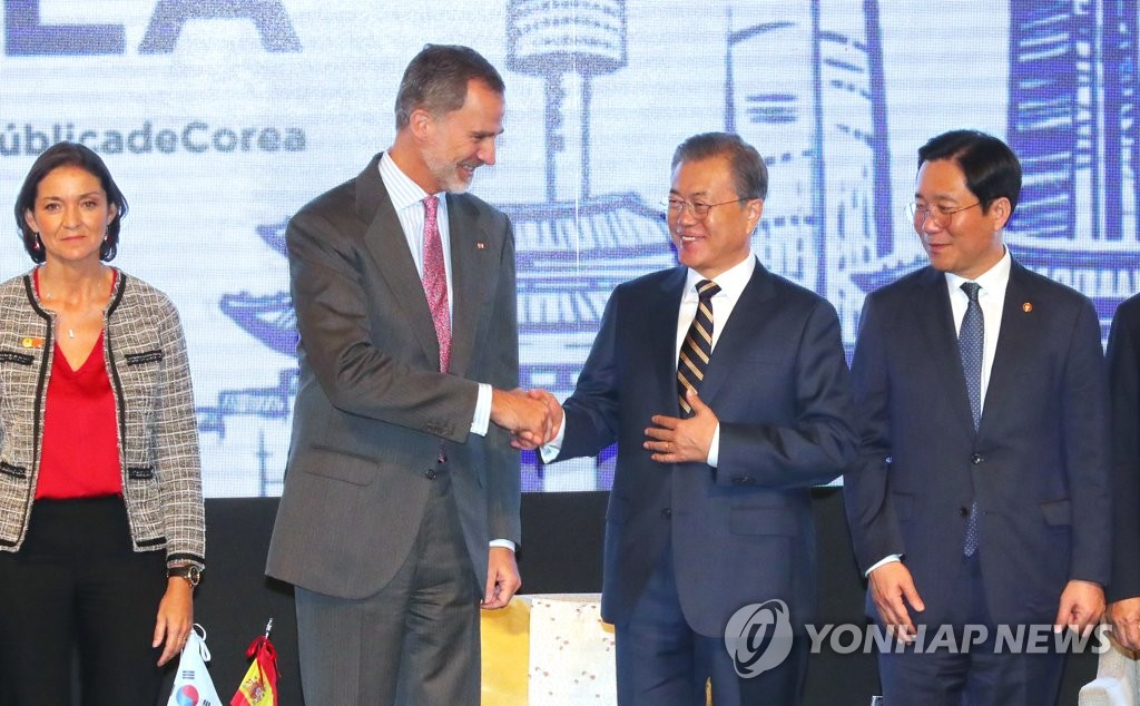 South Korean President Moon Jae-in shakes hands with Spanish King Felipe VI during a South Korea-Spain business forum held at the Four Seasons Hotel in Seoul on Oct. 24, 2019. (Yonhap)