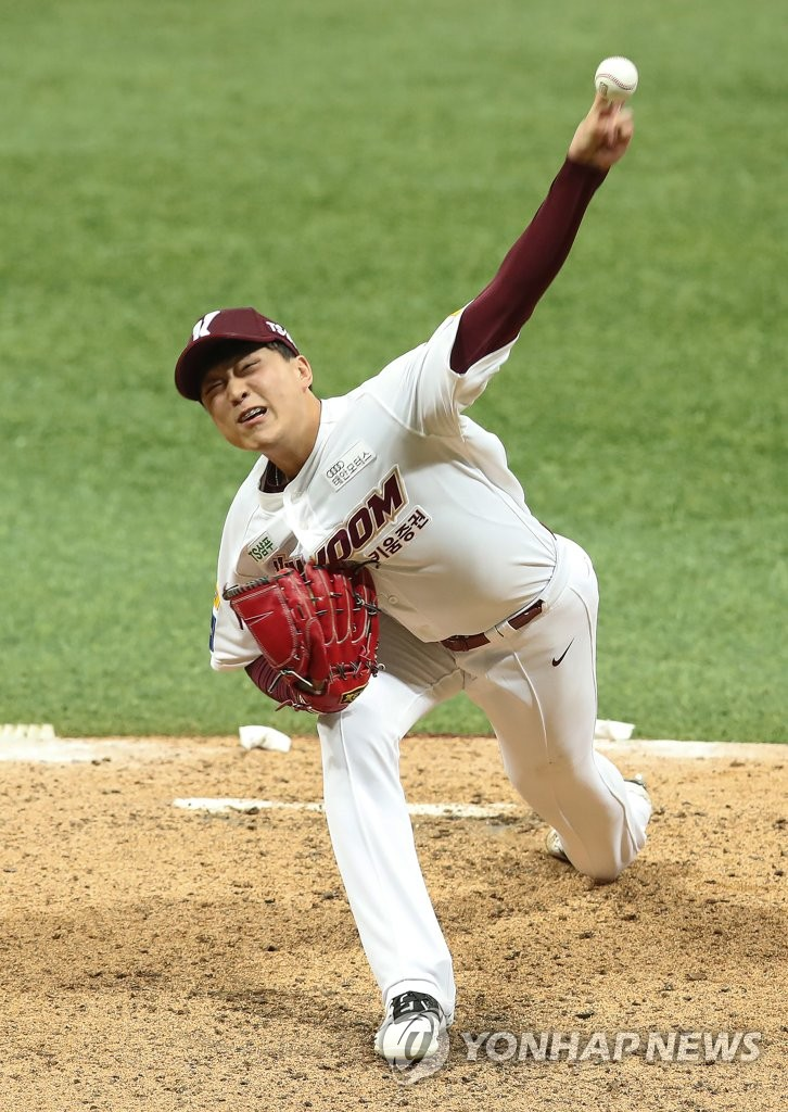 Lee Seung-ho of the Kiwoom Heroes pitches against the Doosan Bears in Game 4 of the Korean Series at Gocheok Sky Dome in Seoul on Oct. 26, 2019. (Yonhap)