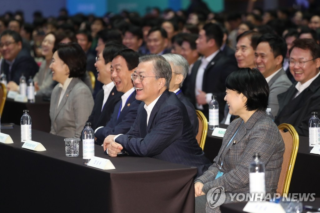 President Moon Jae-in (C) attends the DEVIEW 2019 conference held at the COEX convention center in Seoul on Oct. 28, 2019. (Yonhap)