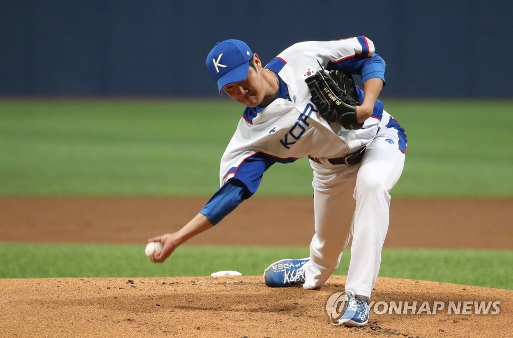 Park Jong-hoon of South Korea pitches against Sangmu during the national team's tuneup game ahead of the Premier12 tournament at Gocheok Sky Dome in Seoul on Oct. 29, 2019. (Yonhap)