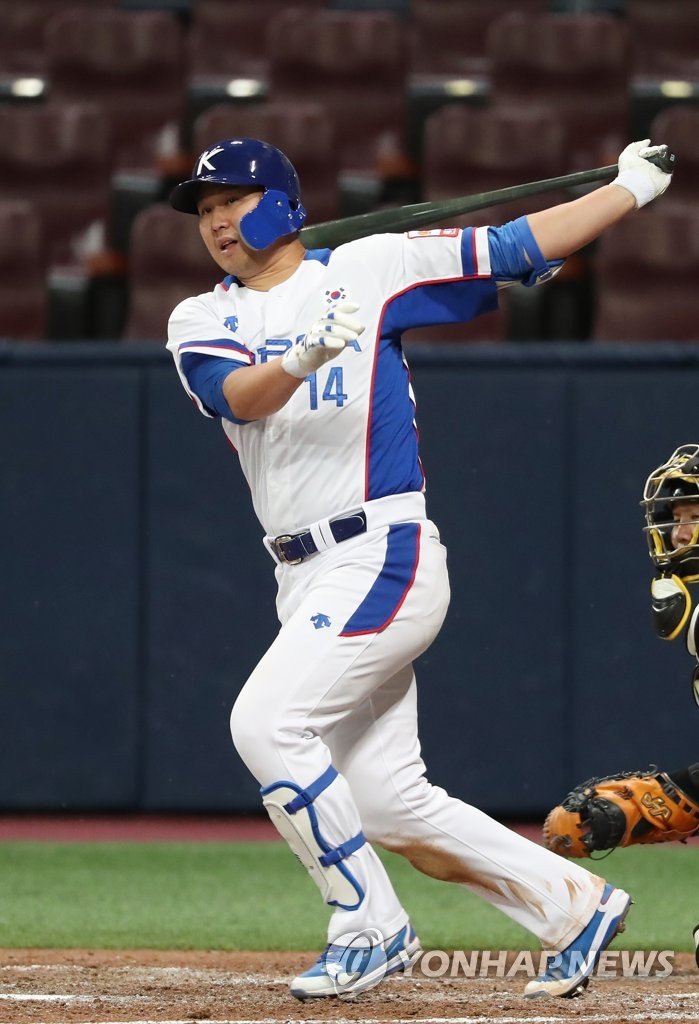 Choi Jeong of South Korea takes a swing against Sangmu during the national team's tuneup game ahead of the Premier12 tournament at Gocheok Sky Dome in Seoul on Oct. 29, 2019. (Yonhap)