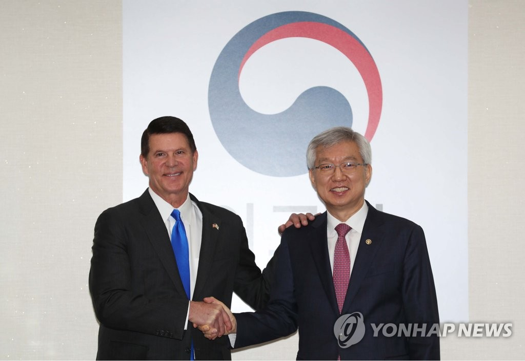This photo, taken on Nov. 6, 2019, shows South Korean Vice Foreign Minister Lee Tae-ho (R) and his U.S. counterpart, Keith Krach, shaking hands before their Senior Economic Dialogue in Seoul. (Yonhap)