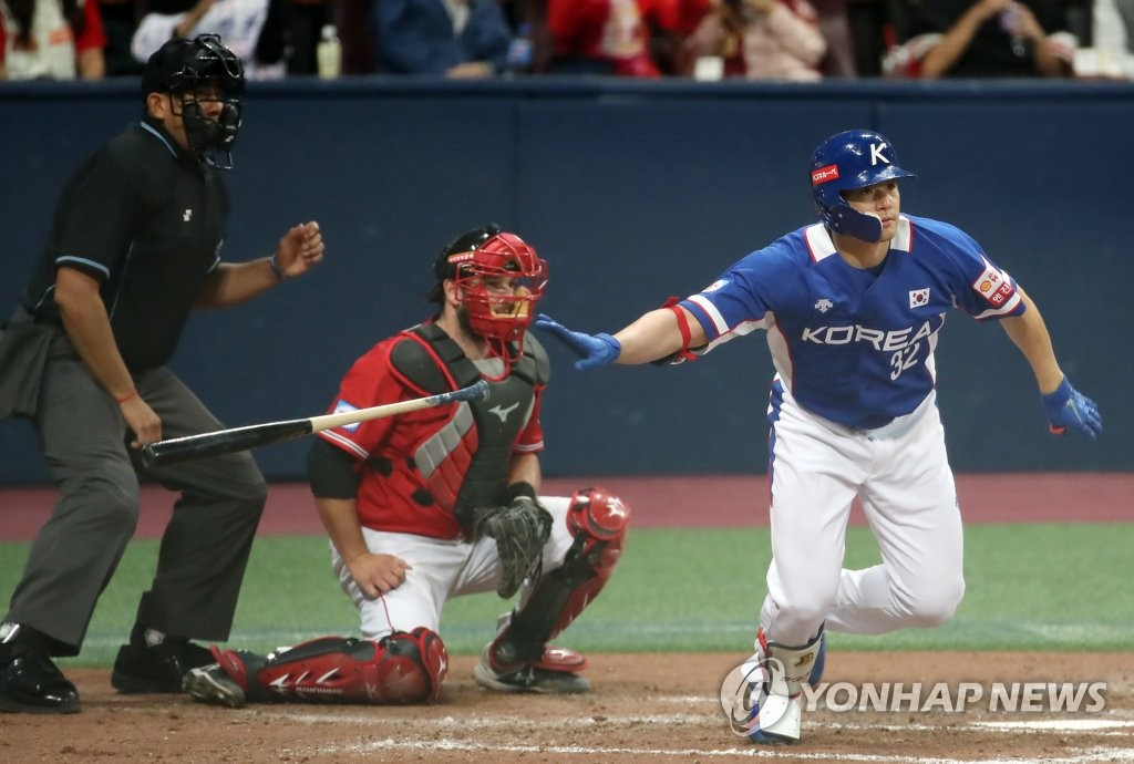 In this file photo from Nov. 7, 2019, Kim Jae-hwan of South Korea hits a two-run single against Canada in the top of the sixth inning of the teams' Group C game at the World Baseball Softball Confederation (WBSC) Premier12 at Gocheok Sky Dome in Seoul. (Yonhap)