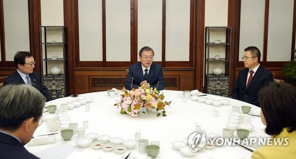 President Moon Jae-in (C) speaks to leaders of five major political parties at a dinner at his Cheong Wa Dae official residence on Nov. 10, 2019, in this file photo provided by Moon's office. Clockwise from bottom left are Cheong Wa Dae Chief of Staff Noh Young-min, Lee Hae-chan of the ruling Democratic Party, Moon, Hwang Kyo-ahn of the conservative main opposition Liberty Korea Party and Sim Sang-jung of the progressive Justice Party. (PHOTO NOT FOR SALE) (Yonhap)