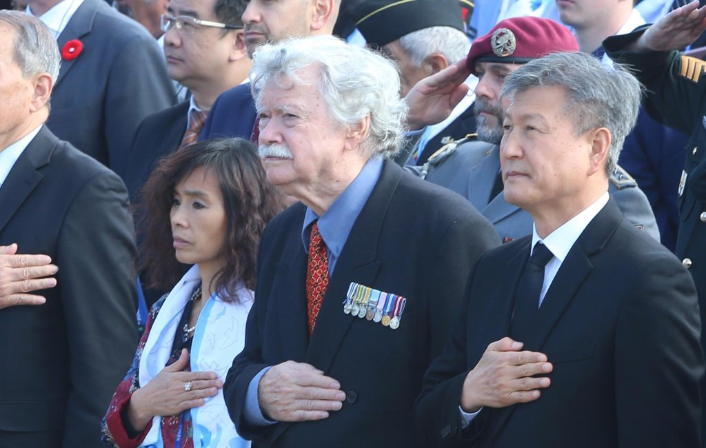 "Canadian war veteran Vincent Courtenay (C) attends the ""Turn Toward Busan"" ceremony at the U.N. Memorial Cemetery in South Korea's southern port city of Busan on Nov. 11, 2019. Courtenay first proposed the idea of holding the ceremony in 2007. (Yonhap)"