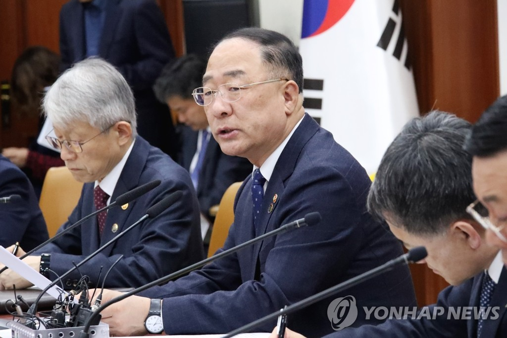 Finance Minister Hong Nam-ki (2nd from L) speaks in a meeting with government officials at the government complex building in central Seoul on Nov. 13, 2019. (Yonhap)