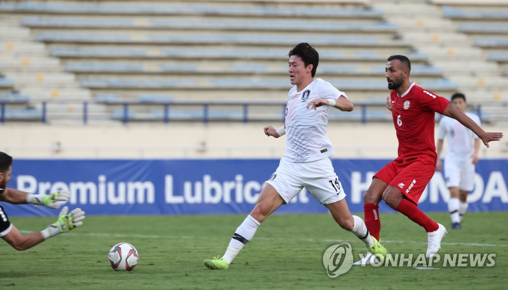 Hwang Ui-jo of South Korea (C) is denied by Lebanese goalkeeper Mehdi Khalil during the teams' Group H match in the second round of the Asian qualification for the 2022 FIFA World Cup at Camille Chamoun Sports City Stadium in Beirut on Nov. 14, 2019. (Yonhap)