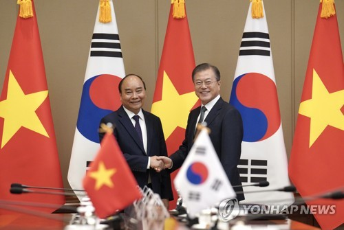 (LEAD) Moon requests Vietnam's constructive role in Korea peace process