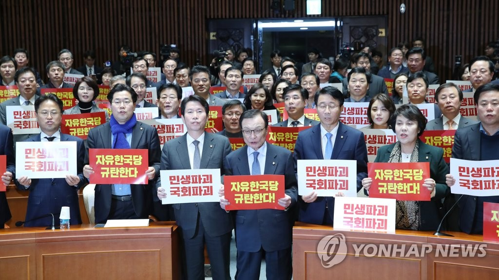 Lee Hae-chan (C), chief of the ruling Democratic Party and party lawmakers condemn the main opposition Liberty Korea Party at the National Assembly on Dec. 2, 2019, for threatening to use a filibuster to deter a parliamentary vote on key reform bills. (Yonhap)