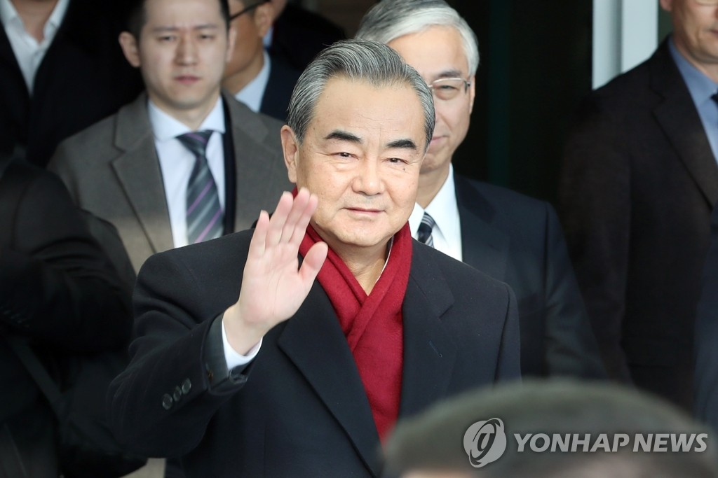 Chinese Foreign Minister Wang Yi waves upon arriving at Incheon International Airport west of Seoul on Dec. 4, 2019. (Yonhap)