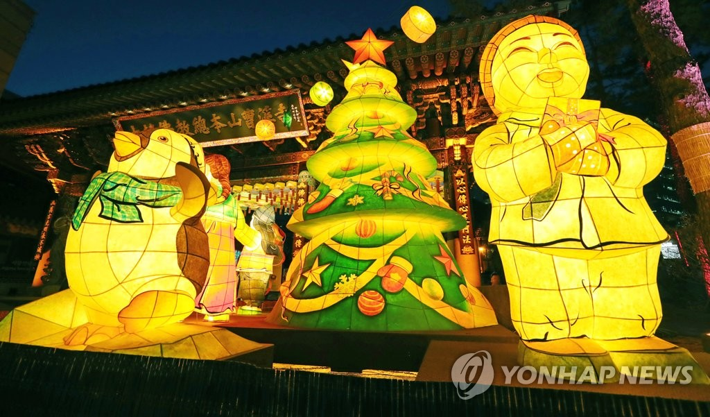 Christmas decorations have been installed at Jogye Temple, the main temple of Jogye, the country's biggest Buddhist sect, in central Seoul on Dec. 20, 2019. (Yonhap)