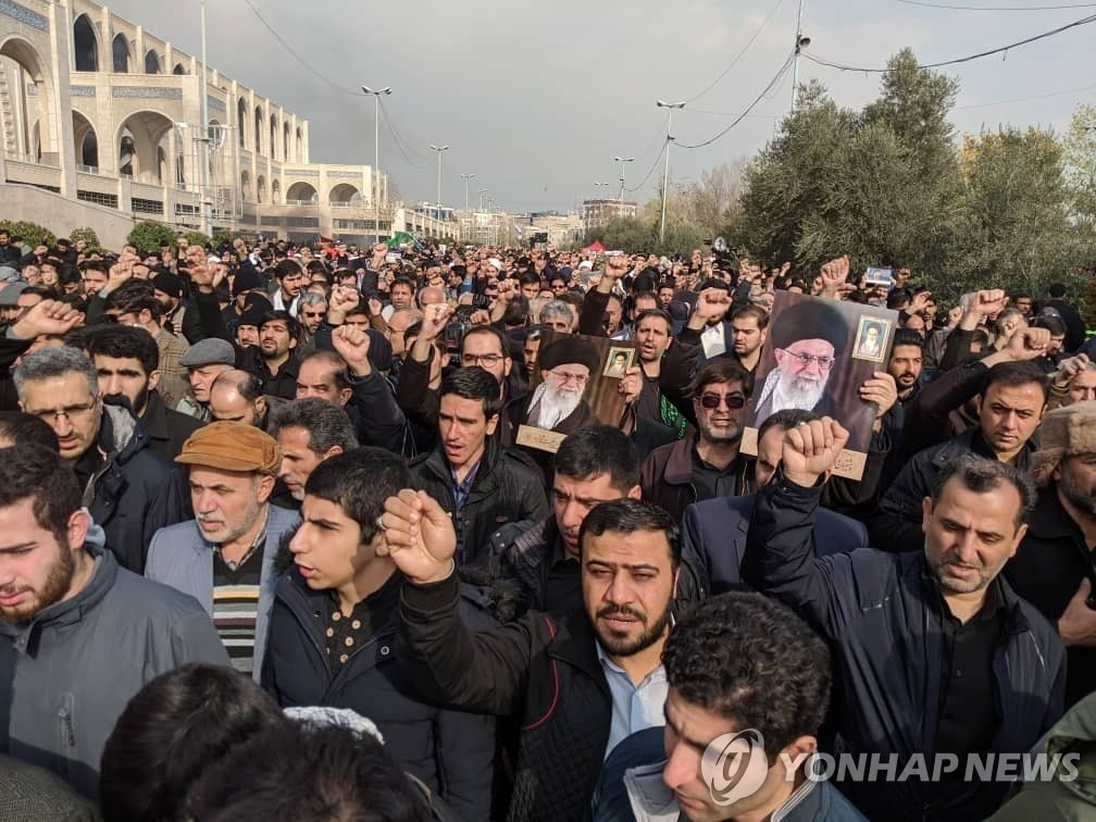 Iranians stage a rally to condemn the United States' recent killing of a top Iranian general in Tehran on Jan. 3, 2020, in this photo released by the Associated Press. (Yonhap)