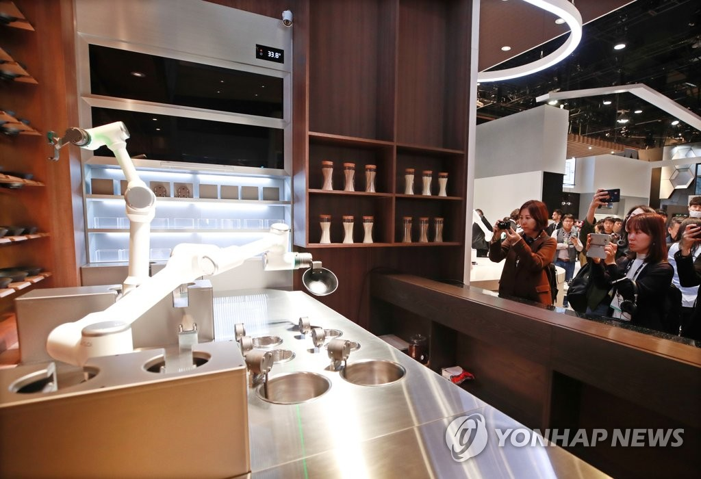 LG Electronics Inc.'s cooking robot is displayed at the company's booth at the Consumer Electronics Show 2020 in Las Vegas, Nevada, on Jan. 7, 2020. (PHOTO NOT FOR SALE) (Yonhap)