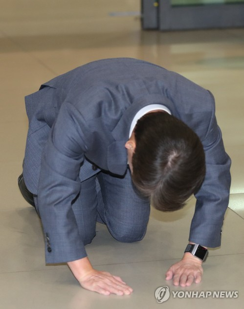 Ahn Cheol-soo does a full bow